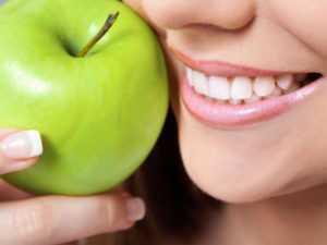 Стоматологи назвали неожиданные продукты, разрушающие зубы