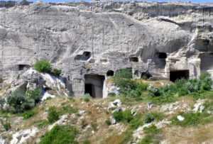 И так сойдет: оккупанты будут класть рельсы по старинным пещерным монастырям Загайтанской скалы –